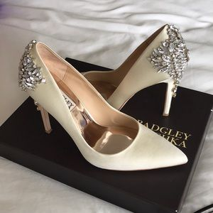 Badgley Mischka Gorgeous 7.5 ivory satin pumps